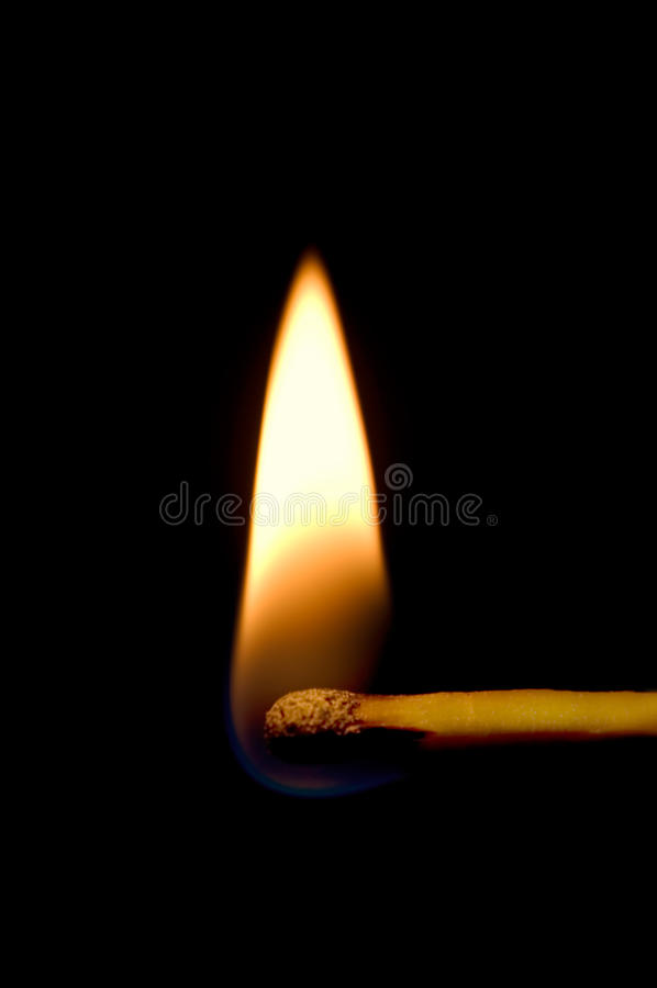 Brennende Abgleichung-Nahaufnahme getrennt auf Schwarzem stockbild