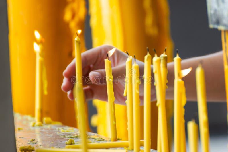 Brennende Beleuchtungskerzen für Gebete außerhalb des Tempels lizenzfreie stockfotografie