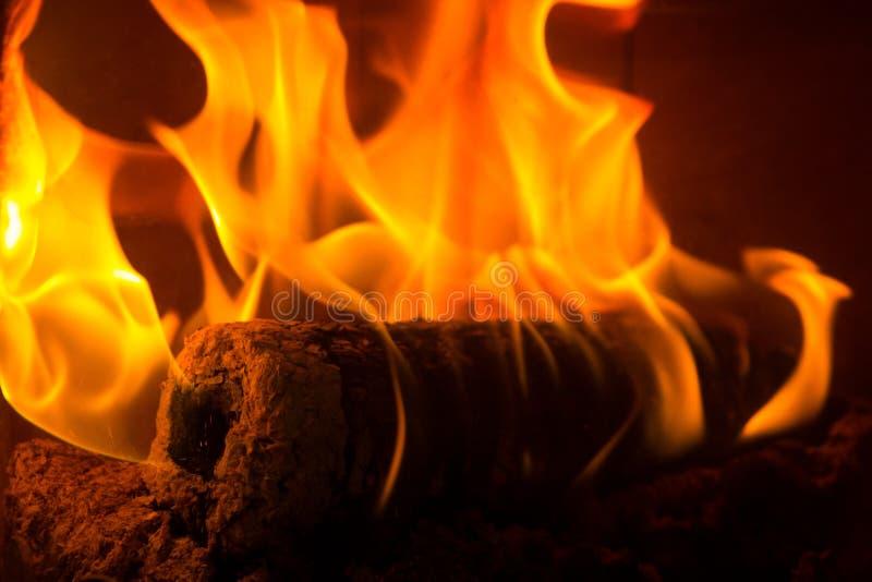 brennende billets des logonfeuers im kamin stockfoto bild von heftig frech 68748770. Black Bedroom Furniture Sets. Home Design Ideas