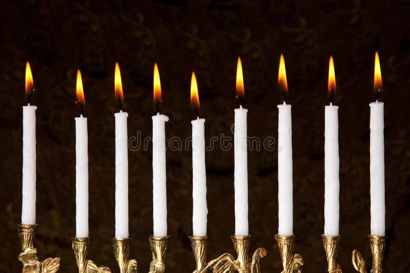 Brennende Chanukka-menorah Kerzen stockfotos