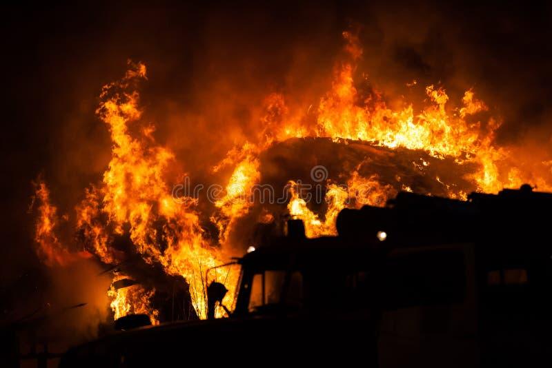 Brennende Feuerflamme auf Holzhausdach stockfoto
