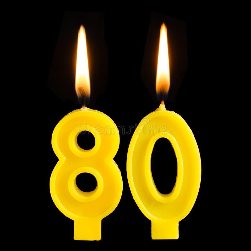 Brennende Geburtstagskerzen in Form von 80 achtzig Zahlen für den Kuchen lokalisiert auf schwarzem Hintergrund Das Konzept des Fe stockbilder