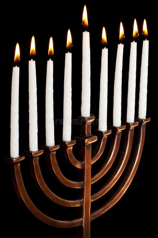 Brennende Hanukkah-Kerzen in einem menorah