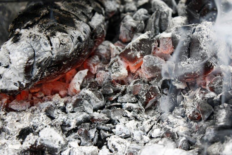 brennende heiße Kohle im Grillabschluß oben lizenzfreies stockbild