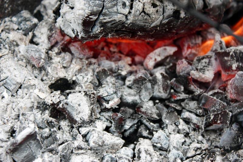 brennende heiße Kohle im Grillabschluß oben stockbild