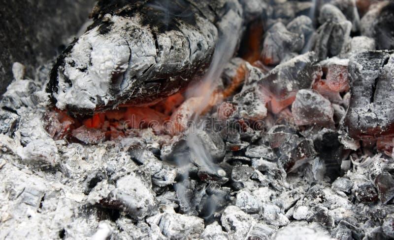 brennende heiße Kohle im Grillabschluß oben lizenzfreie stockfotos