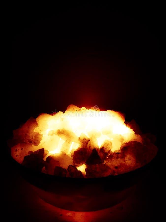 Brennende Holzkohlen lizenzfreie stockbilder