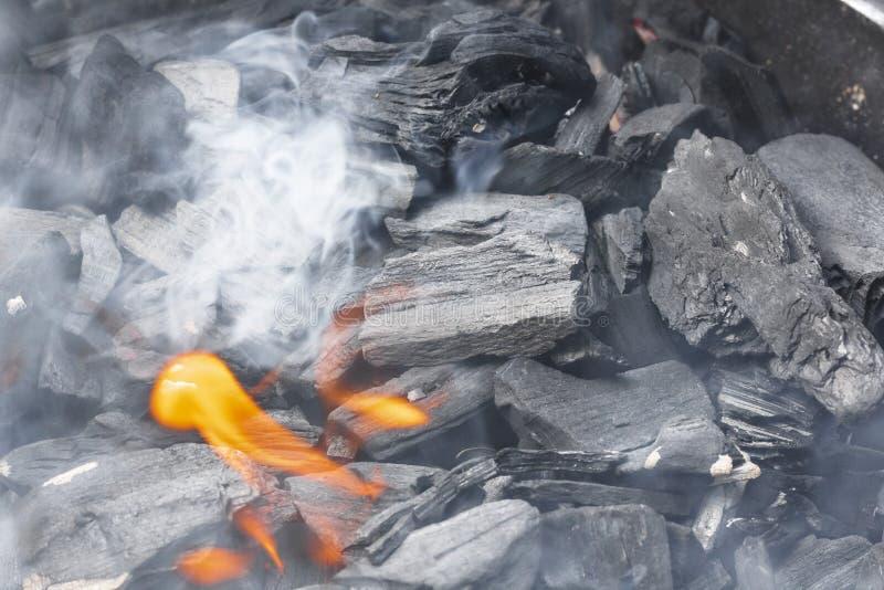 Brennende Holzkohlennahaufnahme Kohle im Feuer und im Rauche lizenzfreie stockfotografie