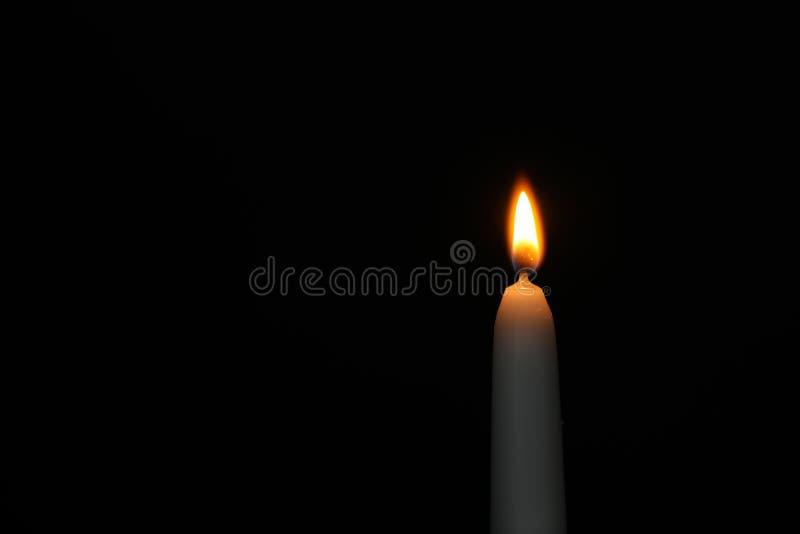 Brennende Kerze auf Dunkelheit, Raum für Text Symbol der Sorge lizenzfreie stockfotografie
