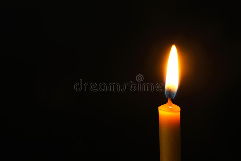 Brennende Kerze auf Dunkelheit, Raum für Text Symbol der Sorge lizenzfreie stockbilder