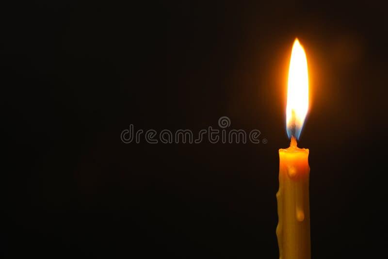 Brennende Kerze auf Dunkelheit, Raum für Text Symbol der Sorge stockfotos