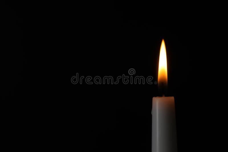 Brennende Kerze auf dunklem Hintergrund, Raum für Text stockbilder