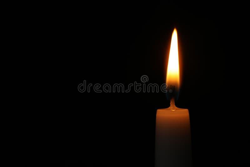 Brennende Kerze auf dunklem Hintergrund, Raum für Text Symbol stockbilder