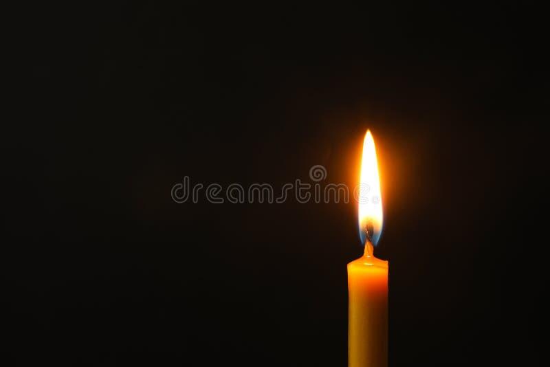 Brennende Kerze auf dunklem Hintergrund, Raum für Text Symbol lizenzfreies stockbild
