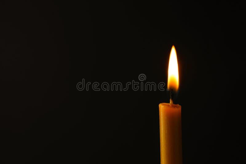 Brennende Kerze auf dunklem Hintergrund, Raum für Text Symbol von lizenzfreie stockbilder