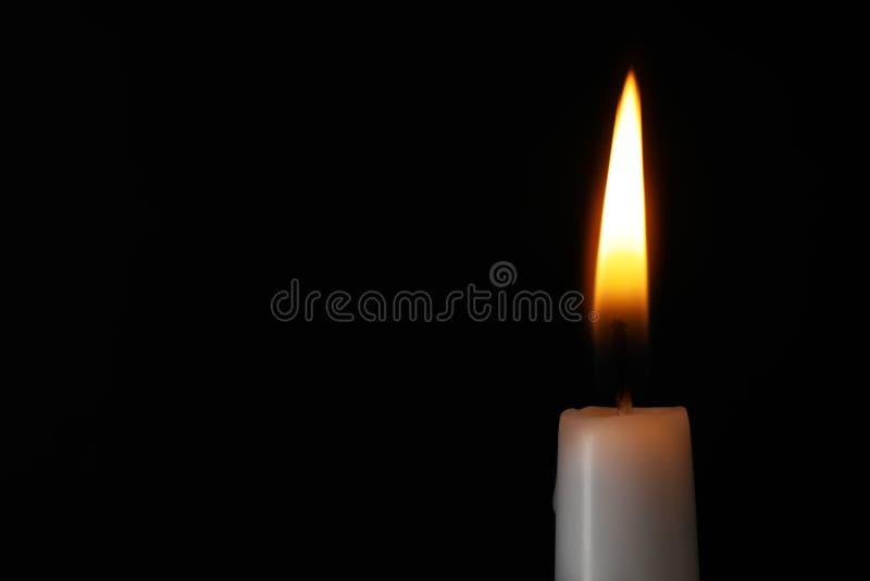 Brennende Kerze auf dunklem Hintergrund, Raum für Text Symbol von lizenzfreie stockfotos