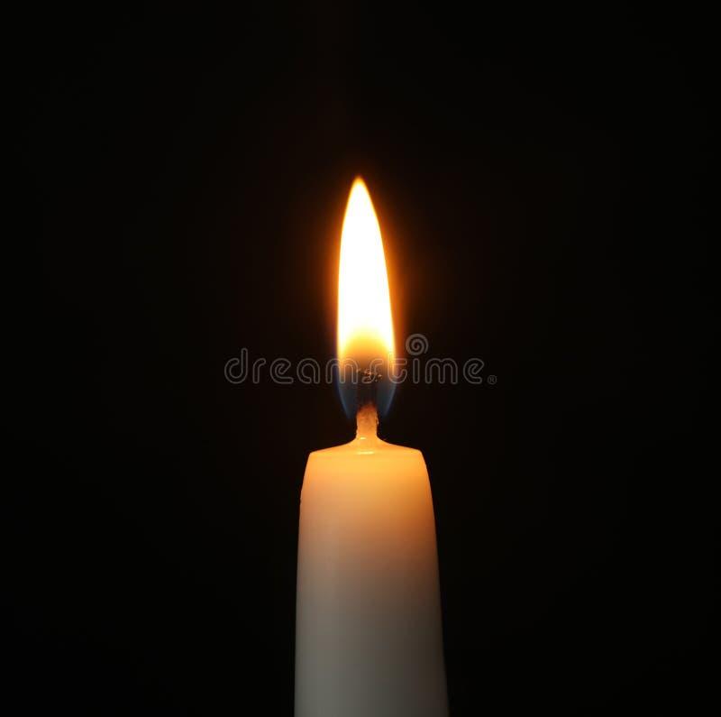 Brennende Kerze auf dunklem Hintergrund lizenzfreies stockfoto