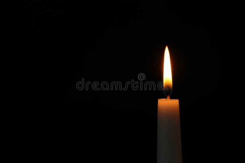 Brennende Kerze auf dunklem Hintergrund Symbol der Sorge lizenzfreie stockbilder