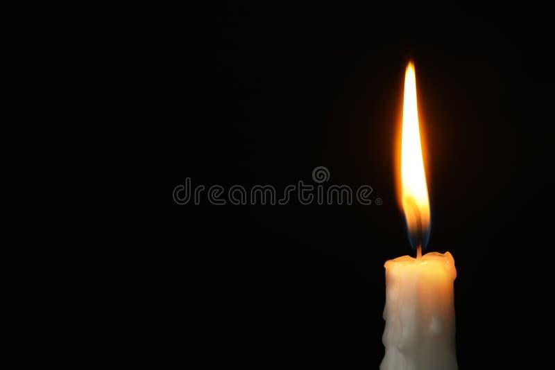 Brennende Kerze auf dunklem Hintergrund Symbol der Sorge stockfoto