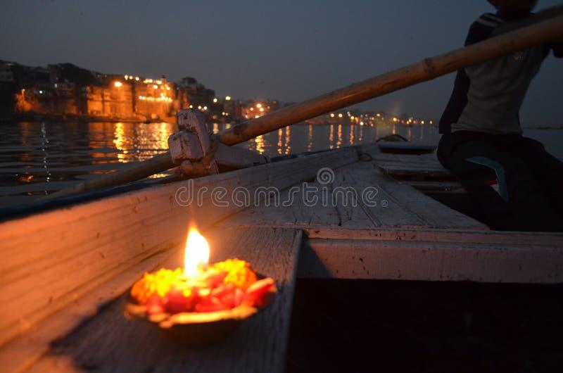 Brennende Kerze auf einem Boot nachts im Ganges in Varanasi, Indien stockfotografie