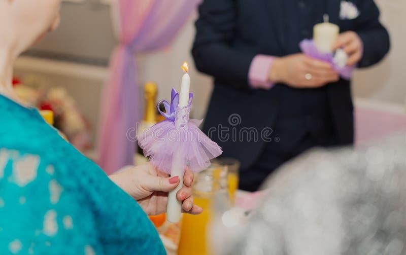 Brennende Kerze in den Händen einer Frau an einer Hochzeit, den Familienherd beleuchtend lizenzfreie stockfotos