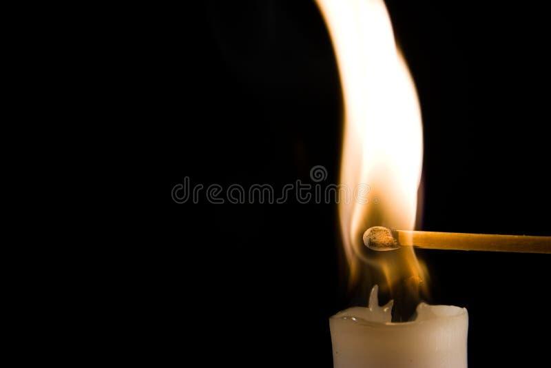 Brennende Kerze mit Abgleichung lizenzfreies stockbild