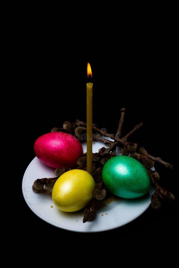 Brennende Kerze und Ostereier stockfotos