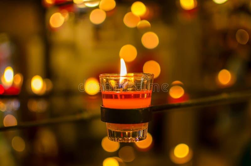 brennende Kerzen bokeh blured Hintergrund stockfotos