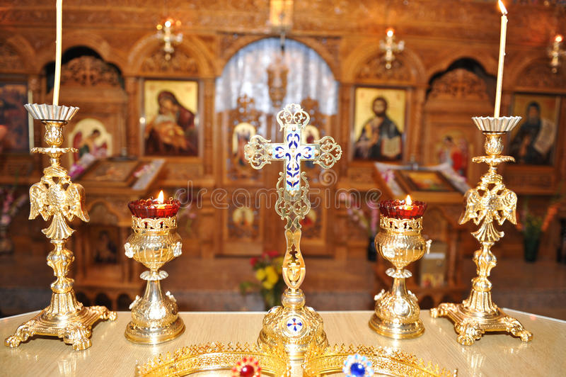 Brennende Kerzen in der christlichen Kirche stockbilder