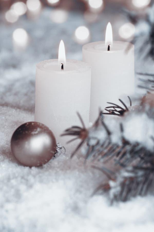 Brennende Kerzen im Schnee lizenzfreies stockfoto