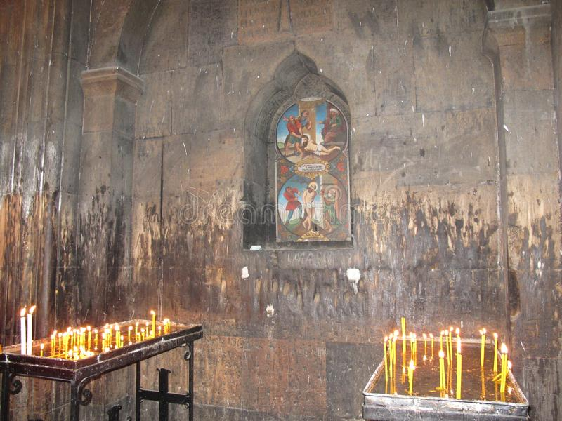 Brennende Kerzen im Tempel stockfotos