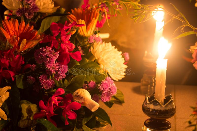 Brennende Kerzen mit Blumen lizenzfreie stockbilder