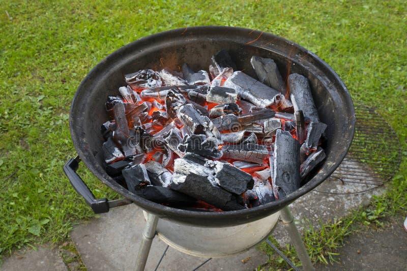 Brennende Kohlen bevor dem Grillen lizenzfreies stockfoto