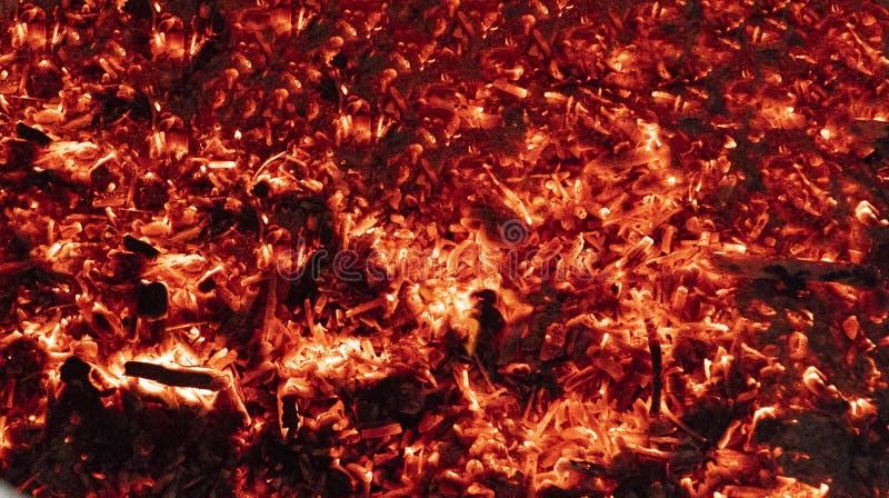 Brennende Kohlen des Beschaffenheitshintergrundes stockbild