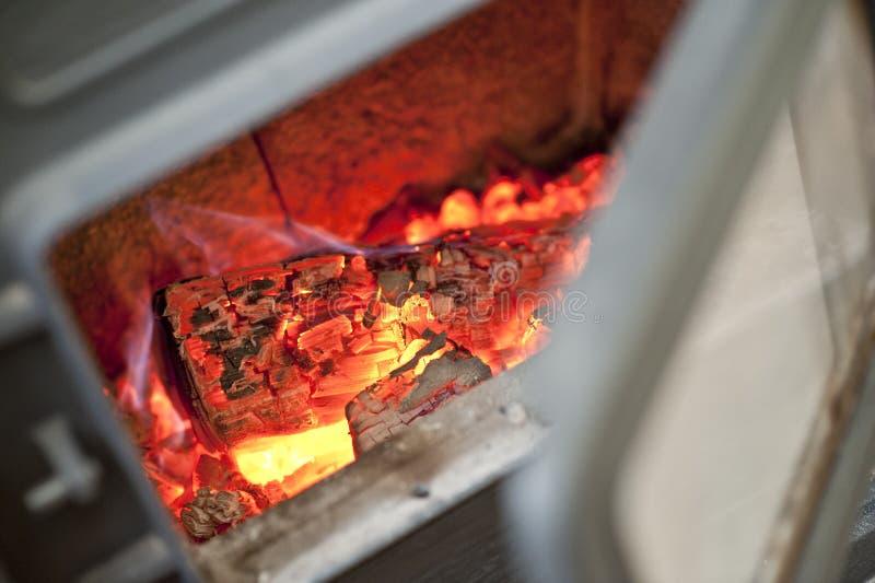 Brennende Kohlen des Feuerholzes lizenzfreie stockfotografie