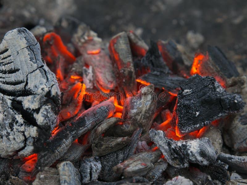 Brennende Kohlen nachdem dem Grillen stockfoto