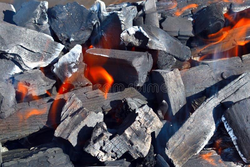 Brennende Kohlen und Flamme des Feuers im Messingarbeiter draußen stockbild