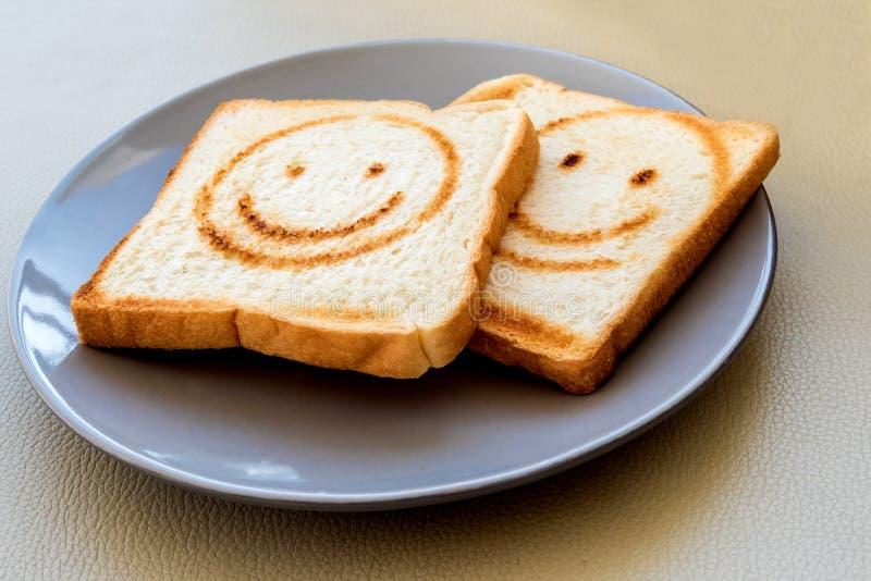 Brennende Linie als glückliches Gesicht auf Brotblatt lizenzfreies stockfoto
