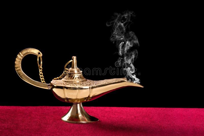 Brennende magische Lampe stockfoto