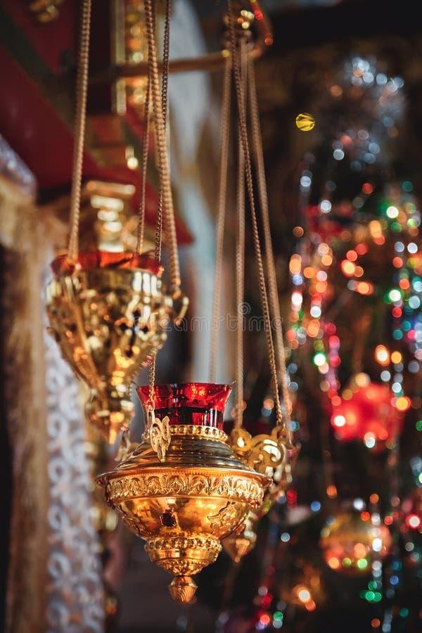 Brennende Rot- und Goldikonelampe, Kerze in der Kirche Details in orthodoxen Christian Church stockfoto