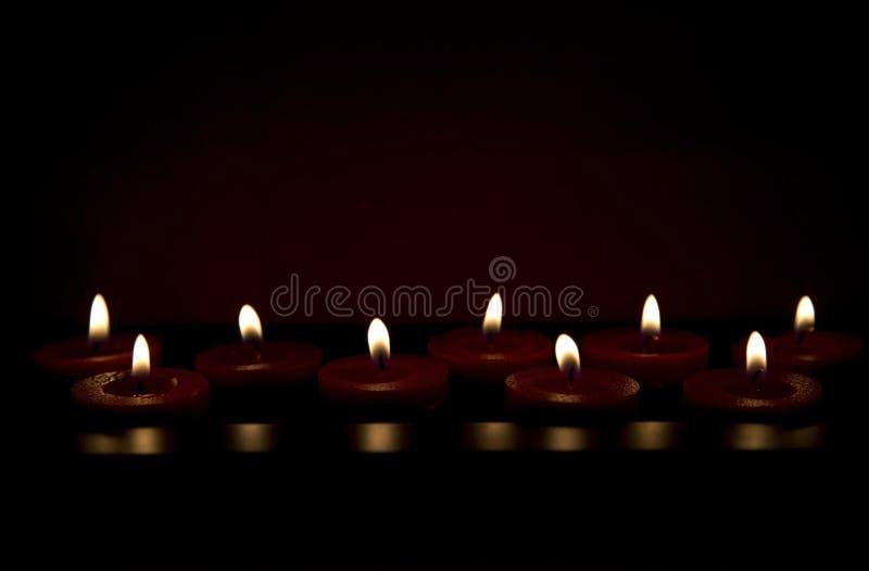 Brennende rote Kerzen stockfotografie