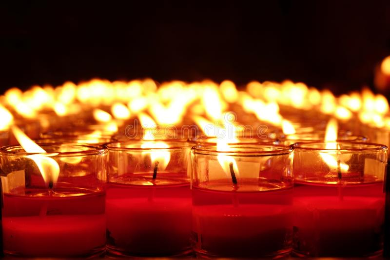 Brennende rote Kerzen Kerzen heller Hintergrund Kerzenflamme nachts stockbild