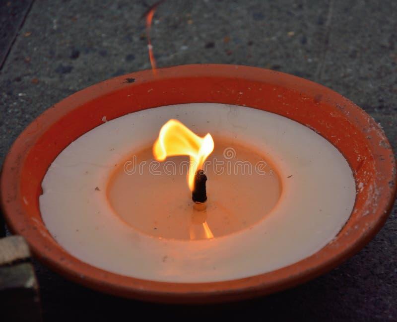 Brennende Wachskerze stockbild