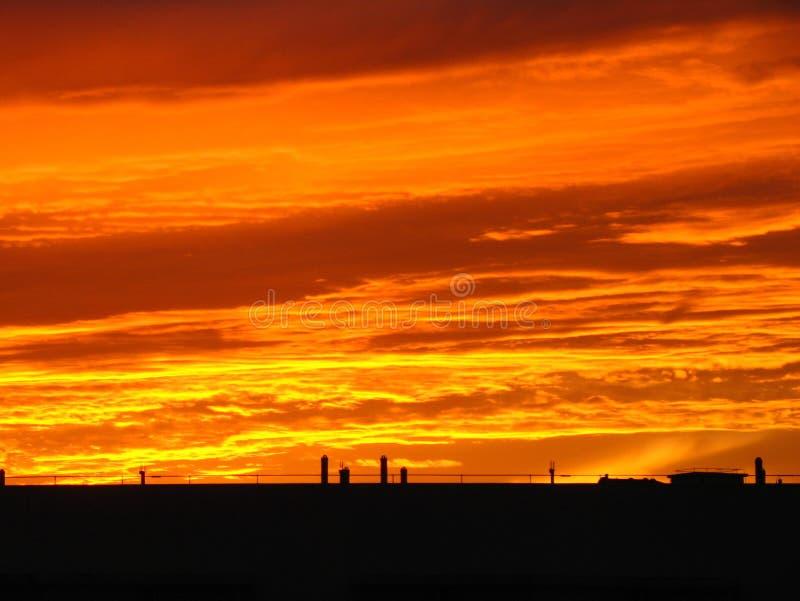 Brennende Wolken und Dach lizenzfreie stockfotografie