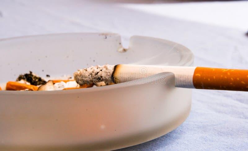 Brennende Zigarette lizenzfreie stockfotos