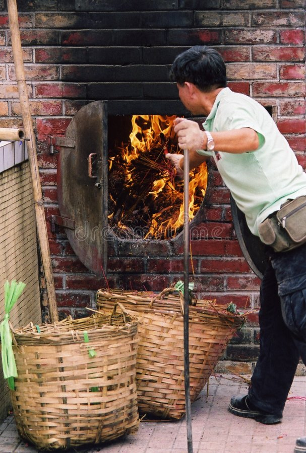 Brennender Abfall des Mannes stockfoto