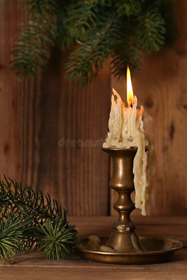 Brennender alter Kerzen-Weinlese-Bronzekerzenständer an stockfotos
