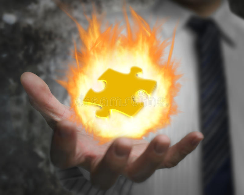 Brennender Feuerball des Puzzlen in der Geschäftsmannhand lizenzfreies stockbild
