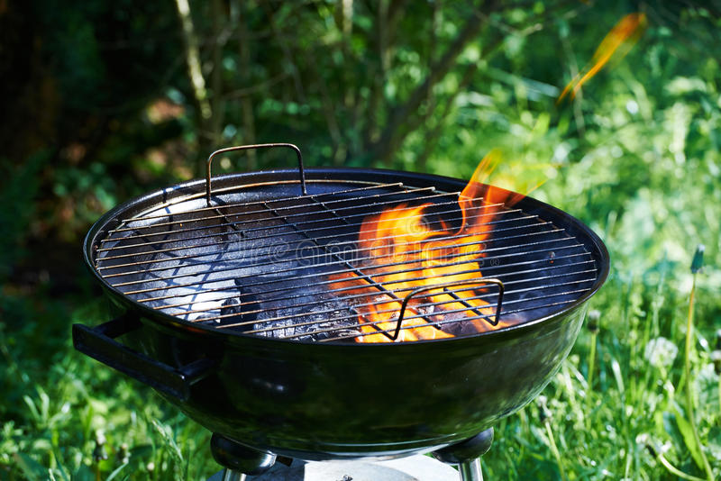 Brennender Grill mit einer großen orange Flamme stockfotografie