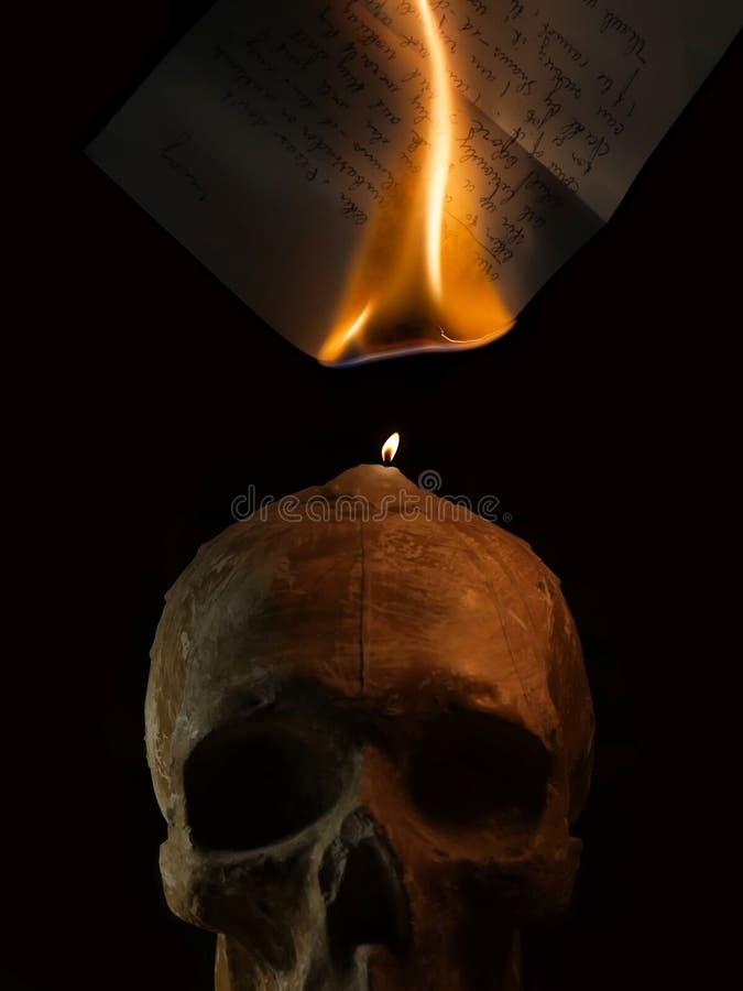 Brennender handgeschriebener Buchstabe durch Kerzenfeuer stockfotografie